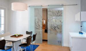 Стеклянные перегородки в дизайне помещения: плюсы и минусы, варианты использования
