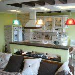 светлый фасад кухни гостиной с перегородкой фото