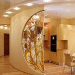 красивый интерьер гостиной кухни с перегородкой картинка