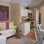 светлый фасад гостиной кухни с перегородкой картинка