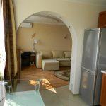 светлый фасад кухни гостиной с перегородкой картинка