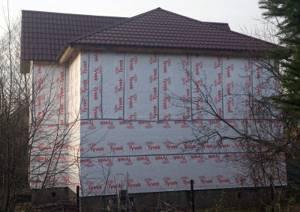 дом, обшитый ветрозащитной мембраной