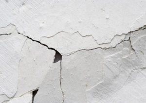 Как появляются трещины в штукатурке стены