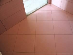 Диагональная кладка плитки на полу