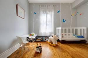Декор серых стен в комнате младенца