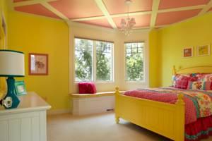 Розовый потолок в комнате с желтыми стенами