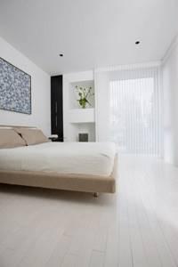 Белый паркет в спальне