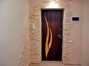Входная дверь и проём, который обшили декоративным камнем - otdelat.ru