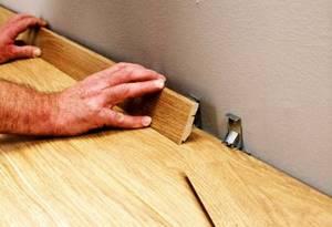 Как крепить плинтус мдф к стене