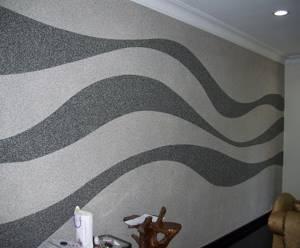 Жидкие обои на стене с чёрно-белым рисунком