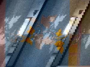 Жидкие обои с рисунком листьев на стене