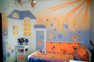 Жидкие обои в комнате с рисунком дома в солнечную погоду