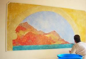 Жидкие обои в комнате с рисунком пейзажа